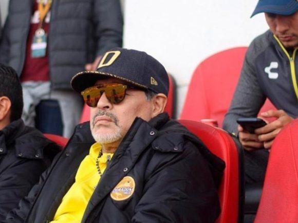 """VIDEO/ Skuadra drejt titullit, Maradona """"bllokohet"""" gjatë një interviste televizive"""