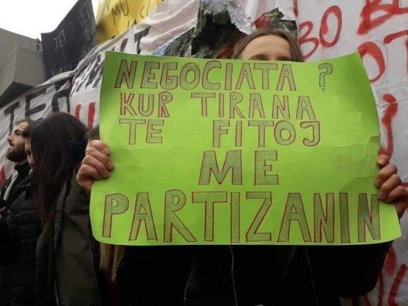 """FOTO/""""Sistemi VAR për tarifat"""", perlat e studentëve në protestë"""
