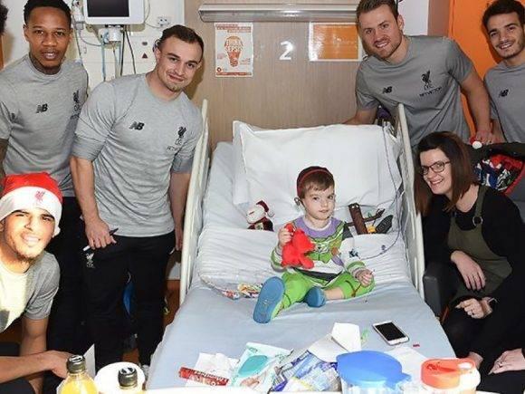 Gjesti i madh nga Shaqiri dhe yjet e Liverpoolit, vizitojnë spitalin më të madh në Angli për t'i gëzuar fëmijët e sëmurë