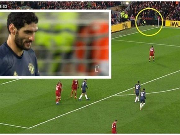 Momenti kur Fellaini në tentim për të gjuajtur në portë, godet me top sigurimin në skaj të fushës