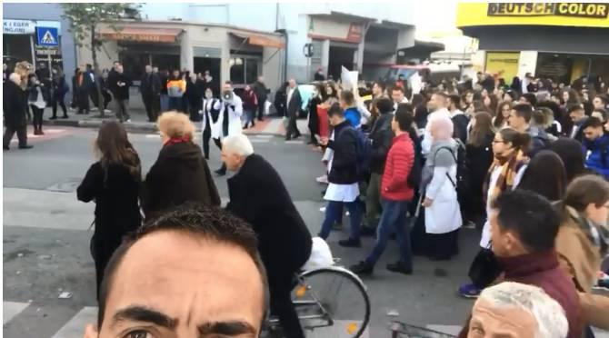 VIDEO/ Tefik Osmani lë stërvitjen dhe bashkohet me studentët