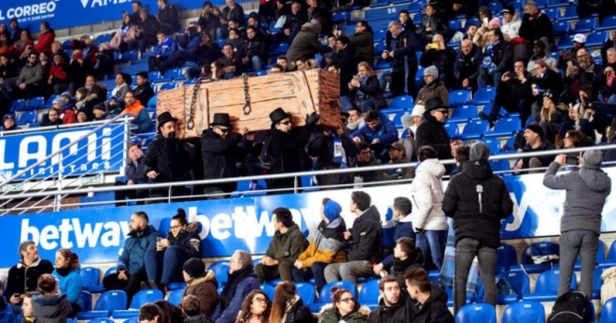 Tifozët e Alavesit me një arkivol në tribuna: Futboll, pusho në paqe