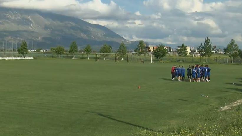 Ndodh në Shqipëri, trajneri shkon në stërvitje, klubi e përzë!