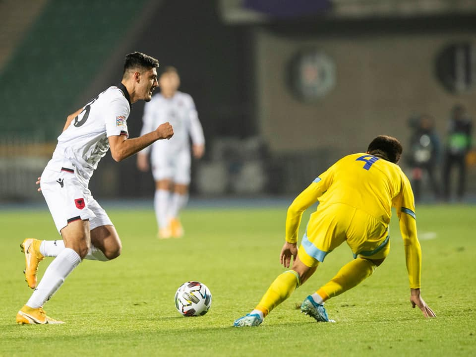 Raste për gol dhe një 11-metërsh i mohuar për Shqipërinë. Pjesa e parë mbyllet 0-0