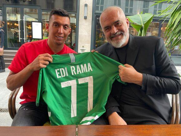 Myrto Uzuni surprizon Kryeministrin Edi Rama me fanellën e kampionit